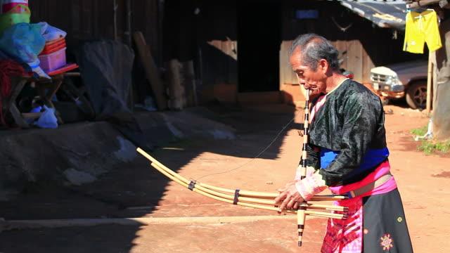 HD: Karen hombre en el vestuario tradicional tocando una copa.