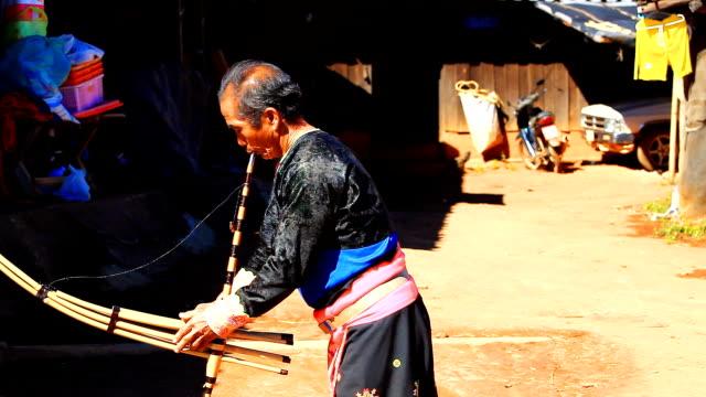vídeos de stock e filmes b-roll de hd: karen homem no tradicional costumes a tocar uma flauta. - ator