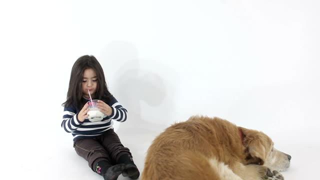 hd :小さなかわいい女の子ミルクを飲む - スタジオ撮影点の映像素材/bロール