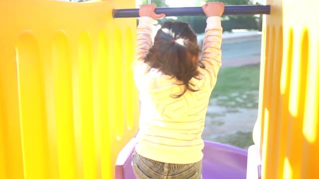 hd: kleines mädchen rutschen - kinderbetreuung stock-videos und b-roll-filmmaterial