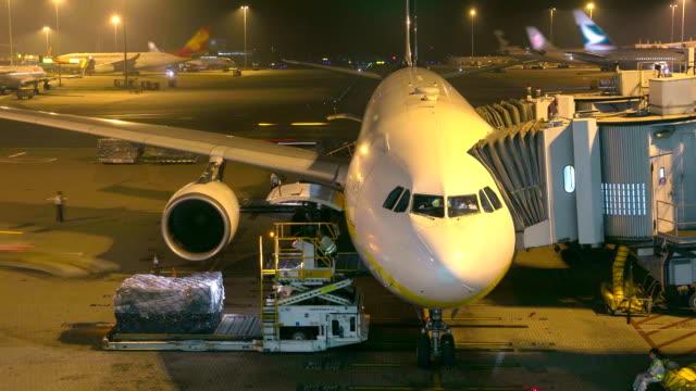 hd :荷積カーゴ操作の旅客機ご利用ください。 - 降り立つ点の映像素材/bロール