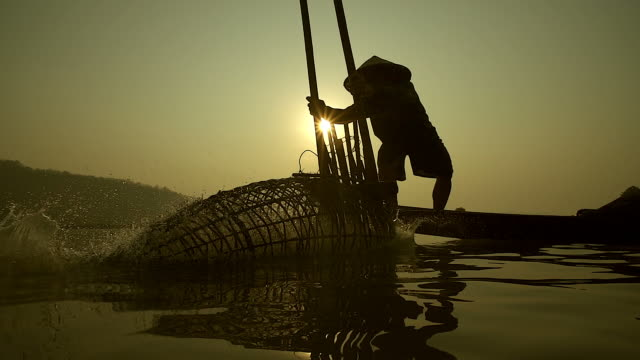 HD:Local lifestyles of fisherman working in the morning sunrise.