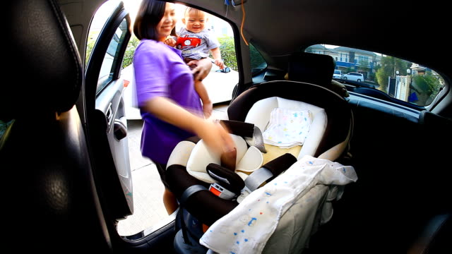 vídeos y material grabado en eventos de stock de hd: madre cuidar de su bebé en el cinturón de seguridad. - cochecito de bebé