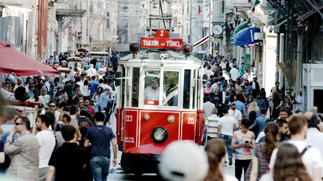 HD: nostalgischen roten Straßenbahn auf der Istiklal-Straße