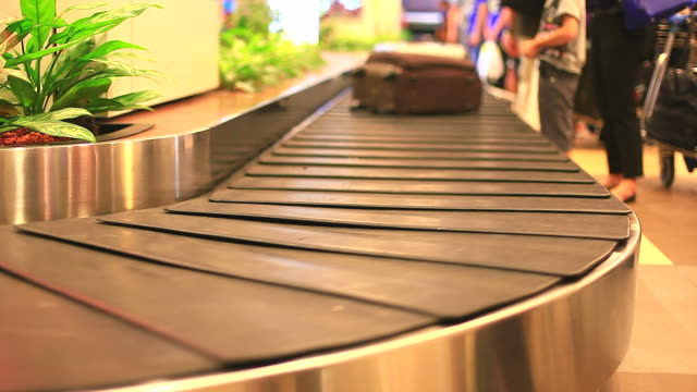 vídeos y material grabado en eventos de stock de hd: personas esperando de equipaje en el aeropuerto. - maleta