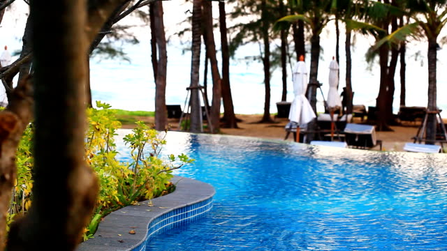 HD: piscina com fundo de praia vista