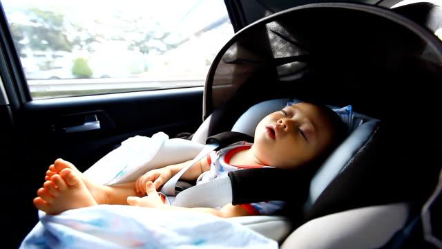 HD: Porträt des kleinen baby-sitting in Sicherheit carseat.