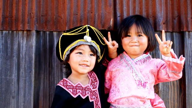 HD: Ritratto di due ragazze in abito tradizionale.