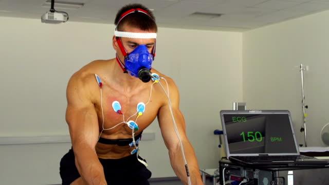 vidéos et rushes de hd :  rythme cardiaque et vo2 sur vélo d'intérieur - effort