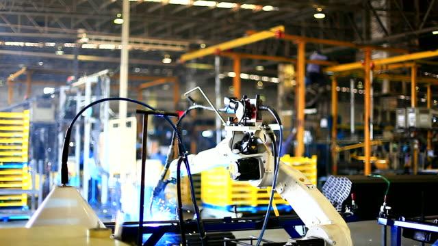 vídeos y material grabado en eventos de stock de hd: robot brazo de soldadura. - robótica