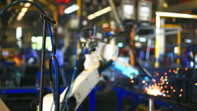 vídeos y material grabado en eventos de stock de hd: robot brazo de soldadura. - herramientas industriales