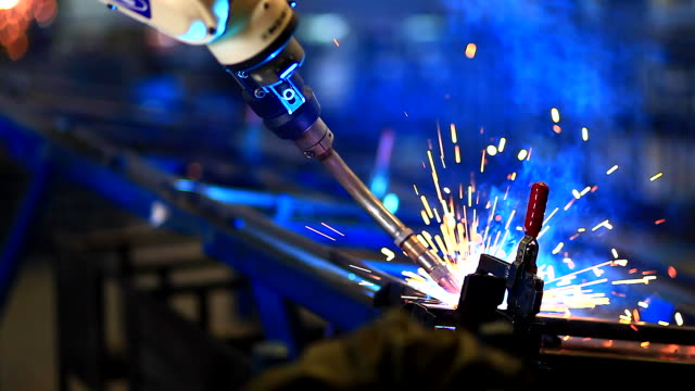 stockvideo's en b-roll-footage met hd:robotic arm welding in factory. - produceren