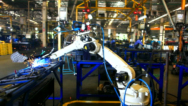 hd: braccio robotico welding. (time lapse) - occupazione industriale video stock e b–roll
