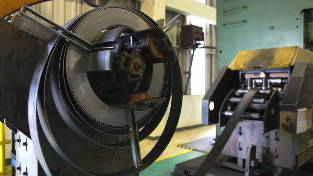 stockvideo's en b-roll-footage met hd:saw machine voor verticale delen met feeder en snijden van metalen tegel in mechanische werkplaats. - staal
