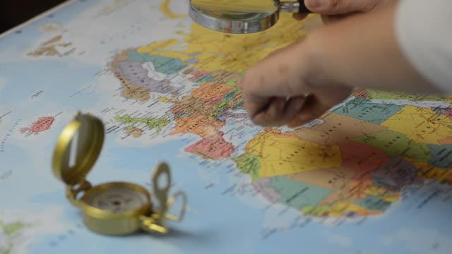hd: skandinavien sich für reiseziele auf der landkarte - ebene stock-videos und b-roll-filmmaterial