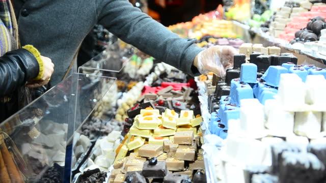 hd: seleziona cioccolato al mercatino di natale - budapest video stock e b–roll