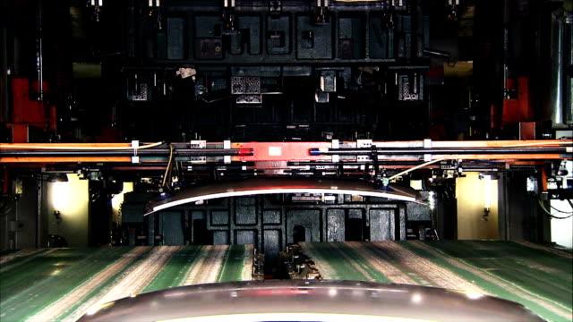 hd :シートメタルスタンピングます。 - 自動車工場点の映像素材/bロール