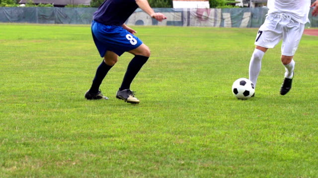 stockvideo's en b-roll-footage met hd:shot of two male soccer players dribbling - schoppen lichaamsbeweging