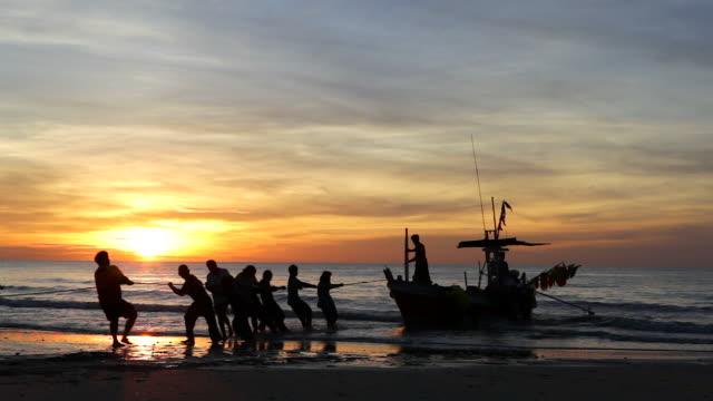 hd: silhouette-szene am morgen für fischer. - gegenlicht stock-videos und b-roll-filmmaterial