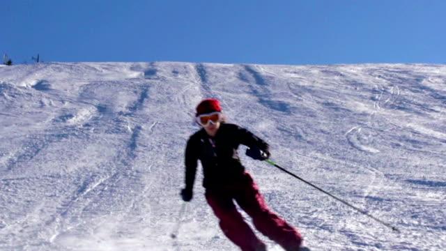 hd:slo-mo, handheld, woman practicing slalom skiing - slalom skiing stock videos & royalty-free footage