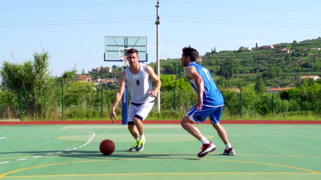 HD: der Slo-Mo Video von Basketballspielern Performing Sprungwurf und Block