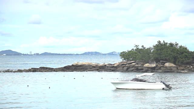 hd :スピードボートのビーチに停泊しています。 - 乗客輸送船点の映像素材/bロール