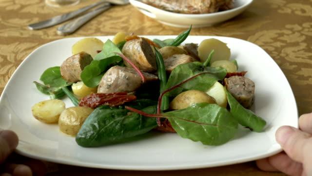 HD: ab und Essen Salat im sonnigen Nachmittag Wurst