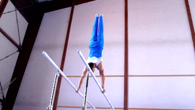 stockvideo's en b-roll-footage met hd:super slo-mo shot of gymnast performance on parallel bars - de brug