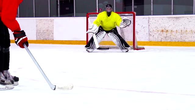 HD: Super slow-motion girato giocatori di Hockey su ghiaccio in pratica