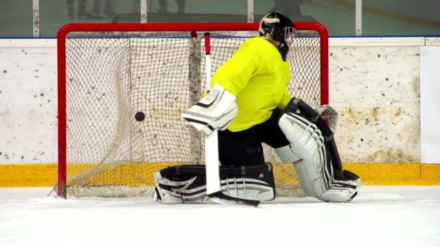 HD: Super Slo-Mo Aufnahme von Eishockey-Spieler Punkten