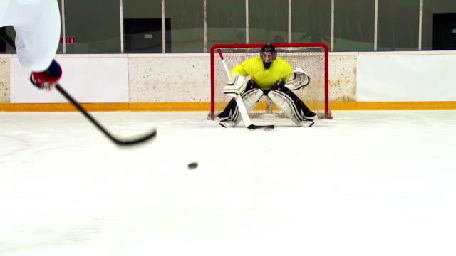 HD: Super Slo-Mo Schuss von Junge üben Ice Hockey player