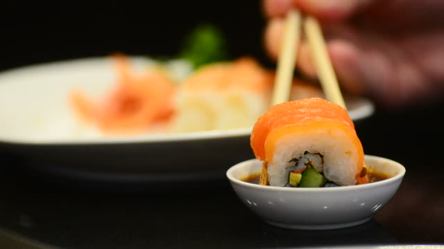 hd: sushi bar giapponese piatti al ristorante giapponese - sushi video stock e b–roll