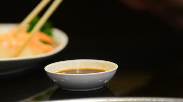 vídeos y material grabado en eventos de stock de hd: la comida japonesa de la barra de sushi del restaurante japonés - mojar