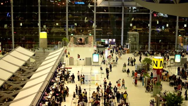 hd: aeroporto suvarnabhumi notte. - vano della porta video stock e b–roll