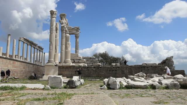 hd: trajan-tempel in pergamos **zeitraffer **, bergama, türkei - mensch im hintergrund stock-videos und b-roll-filmmaterial