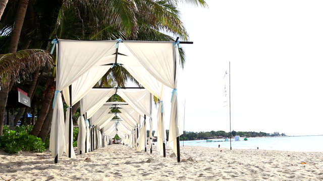 hd: tende ideale per matrimoni sulla spiaggia. - pavilion video stock e b–roll