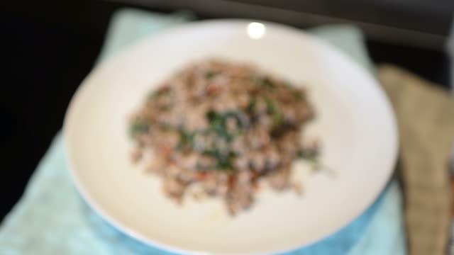 vídeos de stock e filmes b-roll de hd: comida tailandesa arroz mexer manjericão com - pimenteiro de mesa