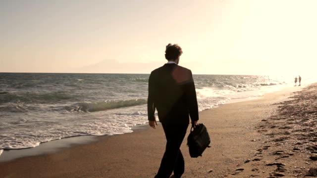 vídeos de stock e filmes b-roll de hd: ao sol!!! - camisa e gravata