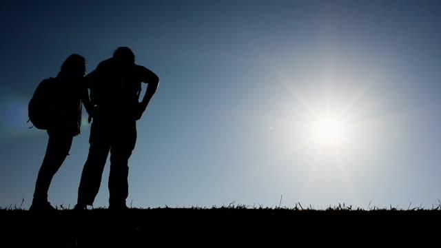 stockvideo's en b-roll-footage met hd:traveller op de berg - silhouet
