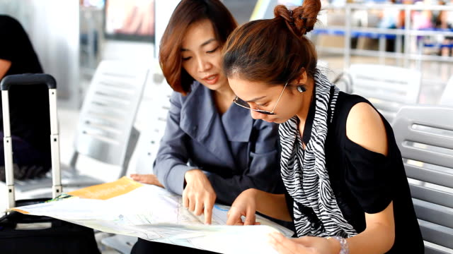 hd :2 つのアジアの女性のマップ。 - passenger点の映像素材/bロール