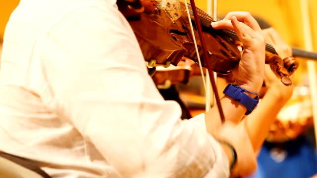 vídeos de stock, filmes e b-roll de hd: violino jogadores. - teatro clássico