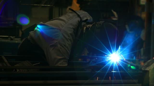 vidéos et rushes de hd :  soudeur dans l'usine de soudure de l'acier. - manufacturing occupation