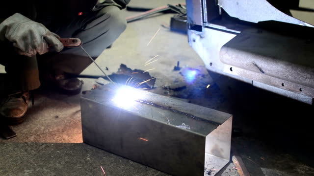 vidéos et rushes de hd :  soudure de travail. - manufacturing occupation