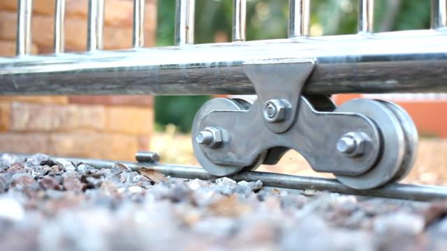 hd:wide sköt portar som öppnas framför huset. - grind bildbanksvideor och videomaterial från bakom kulisserna