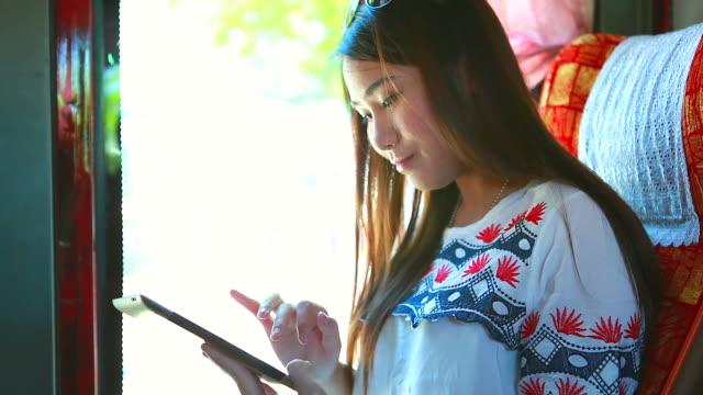 hd: young business frau spielt tablet auf dem bus. - weibliche angestellte stock-videos und b-roll-filmmaterial