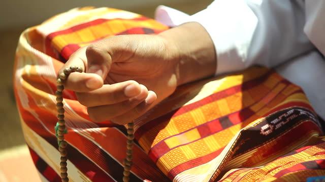 stockvideo's en b-roll-footage met hd:young muslim boy with prayer beads praying. - bidden