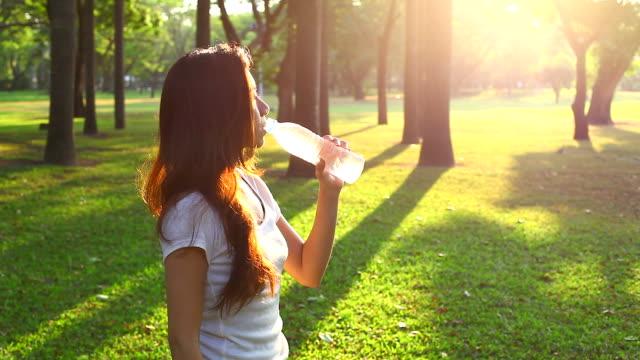 HD :水を飲む若い女性の後には、フィットネスのエクササイズ。