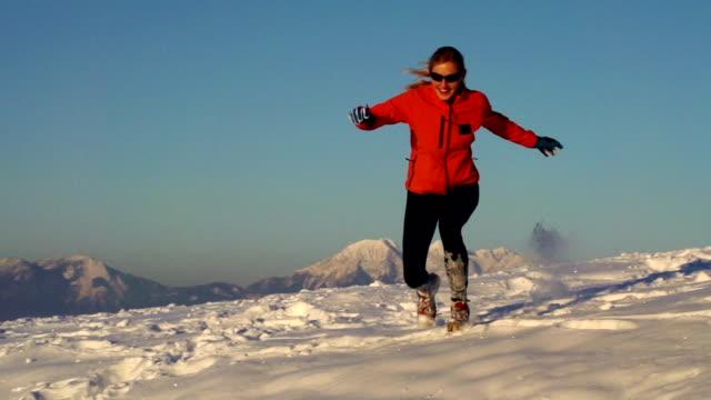 HD: junge Frauen, die Spaß bei tiefem Schnee