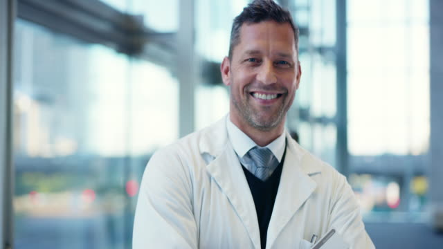 he became a doctor to help others - sorridere video stock e b–roll