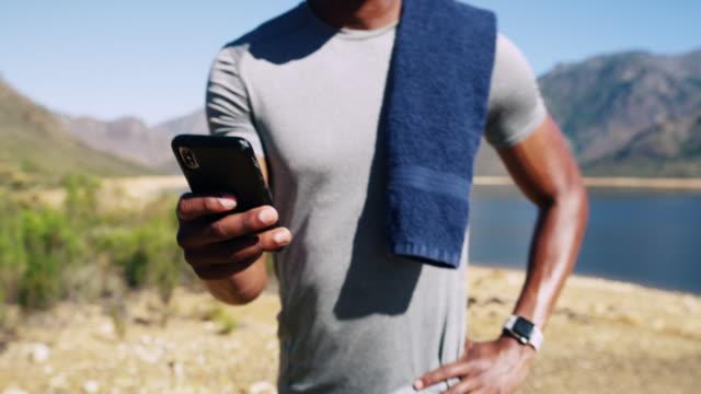 vídeos de stock, filmes e b-roll de ele trouxe seu parceiro de treino móvel junto - pessoa irreconhecível